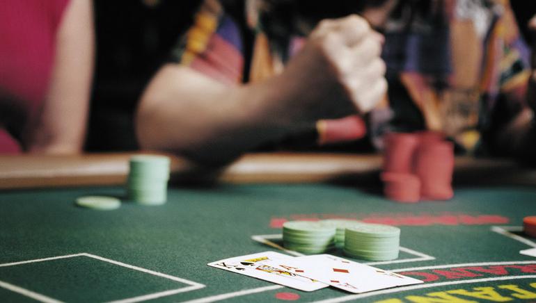 Desiatky stolov s krupiérmi naživo v Royal Vegas Casino